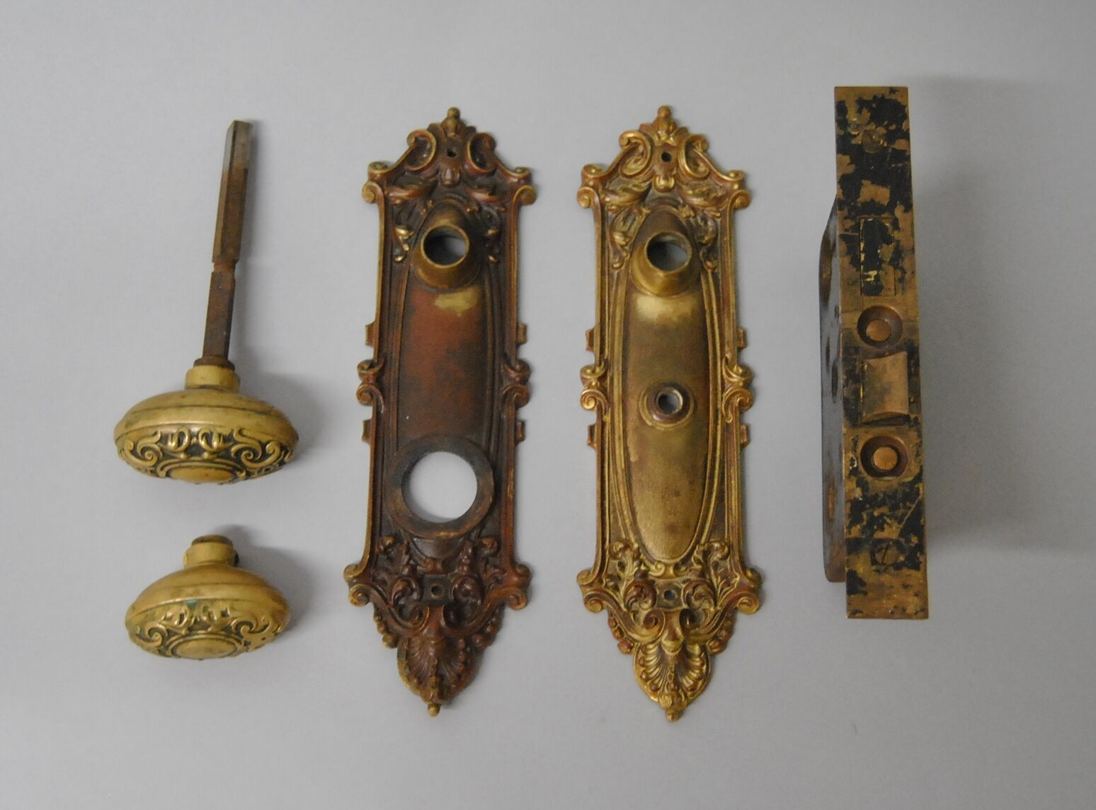 VICTORIAN-YALE-HEAVY-CAST-BRASS-DOOR-PLATES-KNOB- - VICTORIAN YALE HEAVY CAST BRASS DOOR PLATES KNOB & LOCK SET